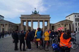 20181102 Berlin on bike vor dem Brandenburger Tor.jpg